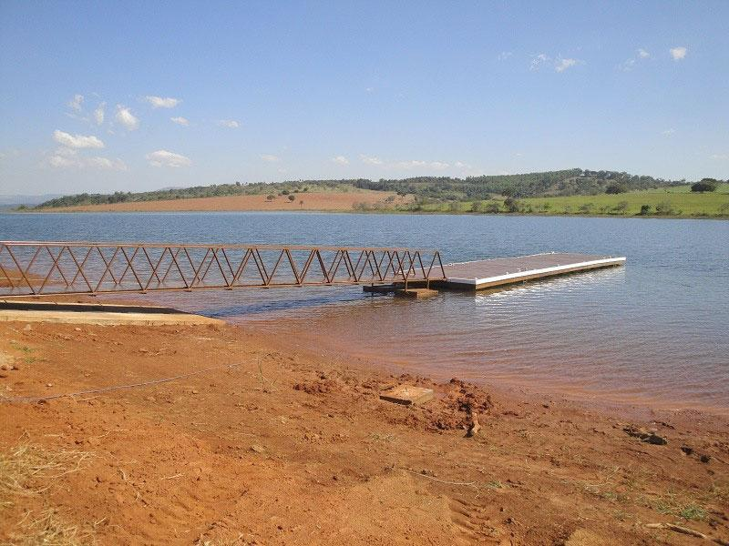 Construção de píer flutuante