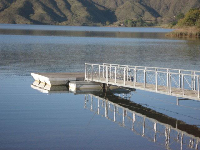 Deck flutuante de madeira