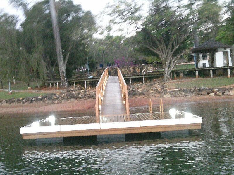 Píer flutuante de madeira